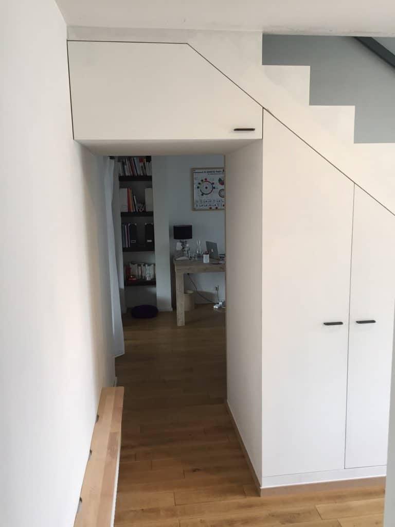 Escalier en bois avec tiroirs